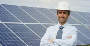 El experto técnico en los paneles fotovoltaicos de energía solar, teledirigidos realiza las acciones rutinarias para la supervisi Fotos de archivo libres de regalías