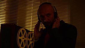 El explorador del agente especial escucha las conversaciones y hace un expediente en el tape7 metrajes