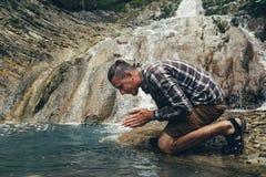 El explorador Sits By River del viajero y ruega la fe Harmony With Nature Concept religiosa imágenes de archivo libres de regalías