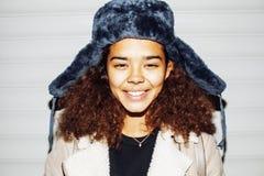El exterior adolescente de la muchacha afroamericana bonita joven en la calle, pareciendo drogadicto real, social publica el conc Imagen de archivo