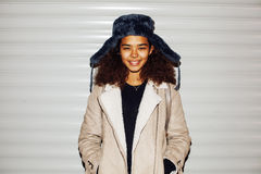 El exterior adolescente de la muchacha afroamericana bonita joven en la calle, pareciendo drogadicto real, social publica el conc Fotos de archivo