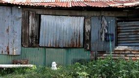 El exterior aherrumbrado del metal de un edificio viejo en los tugurios Imagen de archivo