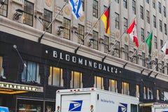 El exterior de los grandes almacenes del ` s de Bloomingdale en Manhattan, encendido foto de archivo libre de regalías