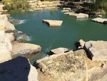 El exterior de rocas y de paisajes del agua se digna Fotos de archivo