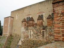 El exterior de un castillo en una ciudad histórica Fotos de archivo libres de regalías