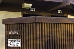 El exterior de un lavabo público de las mujeres fotos de archivo
