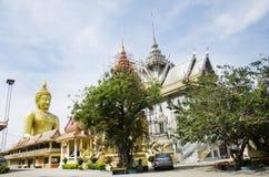 El extranjero de la gente tailandesa y de los viajeros visita y ruega bigges de oro Fotos de archivo