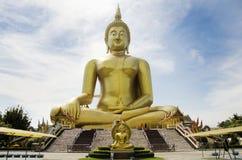 El extranjero de la gente tailandesa y de los viajeros visita y ruega bigges de oro Fotos de archivo libres de regalías