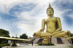 El extranjero de la gente tailandesa y de los viajeros visita y ruega bigges de oro Imagenes de archivo