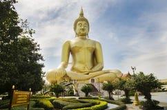 El extranjero de la gente tailandesa y de los viajeros visita y ruega bigges de oro Imágenes de archivo libres de regalías