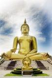 El extranjero de la gente tailandesa y de los viajeros visita y ruega bigges de oro Fotografía de archivo libre de regalías