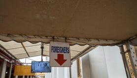 El extranjero firma adentro Bangkok imagen de archivo