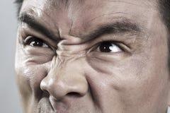 El extremo cercano para arriba en enojado sirve la cara Imágenes de archivo libres de regalías