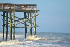 El extremo del embarcadero de la pesca de la playa proporciona una posición ventajosa escénica para los caminante casuales y los  Foto de archivo libre de regalías