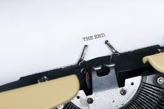 El extremo? escrito en una máquina de escribir vieja y un papel viejo Imágenes de archivo libres de regalías