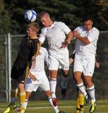 El fútbol de Canadá tres jugadores salta la bola principal foto de archivo
