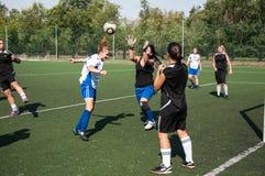 El fútbol del juego de las muchachas, Fotografía de archivo libre de regalías