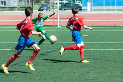 El fútbol del juego de los muchachos Imágenes de archivo libres de regalías