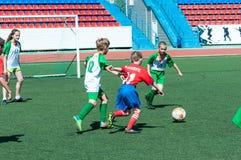 El fútbol del juego de los muchachos Imagen de archivo