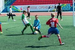El fútbol del juego de los muchachos Imagen de archivo libre de regalías