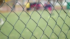 El fútbol está detrás de la cerca del metal Institución correccional almacen de video