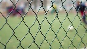 El fútbol está detrás de la cerca del metal Institución correccional almacen de metraje de vídeo