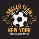 El fútbol se divierte la ropa con la bola del fútbol con las alas Emblema de la tipografía para la camiseta Diseño para la impres Imágenes de archivo libres de regalías