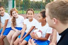 El fútbol Team Training With Coach de la muchacha Fotografía de archivo