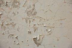 El façade destruido de la construcción muestra claramente que la parroquia es escamosa y se cae de la pared fotografía de archivo libre de regalías