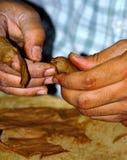 El fabricante cubano del cigarro Fotos de archivo