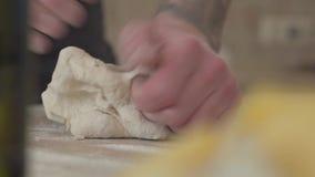 El fabricante de la pizza está cocinando la pasta en la cocina comercial en el restaurante del moder para la entrega Cierre para  almacen de video