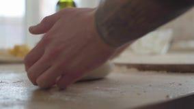 El fabricante de la pizza está cocinando la pasta en la cocina comercial en el restaurante del moder para la entrega Cierre para  almacen de metraje de vídeo