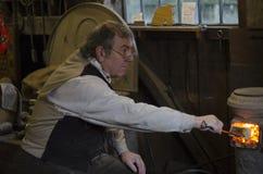 El fabricante del caballo mecedora en el puente Museam del hierro Imágenes de archivo libres de regalías