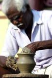 El fabricante indio de la cerámica Imagenes de archivo
