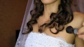 El Facialist pone el polvo en el primer abierto del hombro de la novia