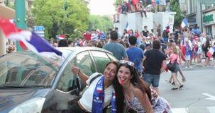 El fanático del fútbol francés hermoso dos con la bandera tricolora celebra después de ganar el mundial en Rusia metrajes