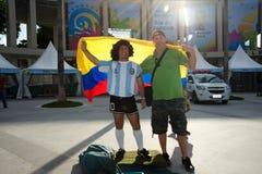 El fan colombiano con un hombre se vistió como Maradona Foto de archivo
