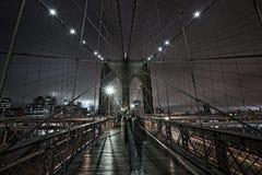 El fantasma le gusta la figura en el puente de Brooklyn en la noche Foto de archivo libre de regalías