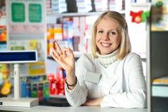 El farmacéutico da OK Foto de archivo libre de regalías