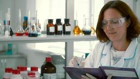 El farmacéutico hace notas almacen de video