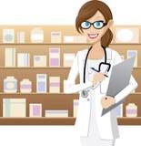 El farmacéutico de sexo femenino está comprobando la acción de la medicina Imagen de archivo