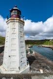 El faro blanco del puerto de Lybster, Escocia Fotografía de archivo