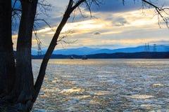 El faro de Hudson River Athen con barge adentro invierno Fotos de archivo