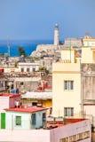 El faro de Morro y una vista de edificios viejos en La Habana Fotos de archivo libres de regalías