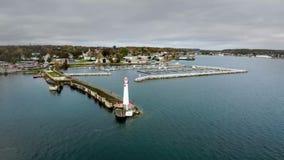 El faro de Wawatam es un faro automatizado, moderno que guarda el puerto de St Ignace, Michigan en los estrechos de Mackinac almacen de metraje de vídeo