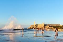 El faro del morro del EL en La Habana con el mar agita estrellarse en el malecón de Malecon Fotografía de archivo libre de regalías