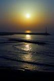 El faro en el embarcadero en la puesta del sol en el mar Mediterráneo Imágenes de archivo libres de regalías