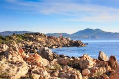 El faro en la costa allí es muchas rocas imágenes de archivo libres de regalías