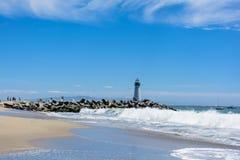 El faro en la playa pacífica Foto de archivo