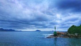 El Faro solitario en el mar Stock Photo